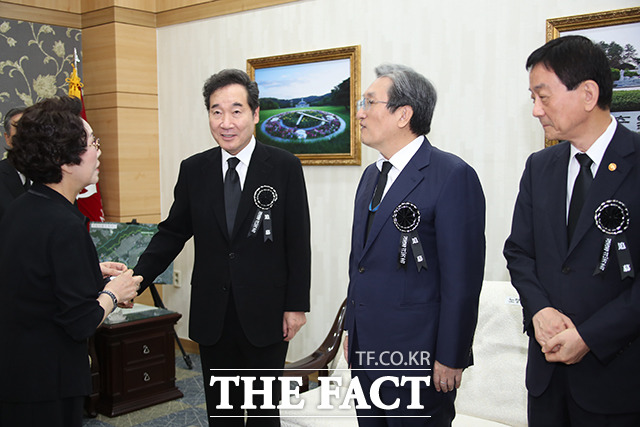진영 행정안전부 장관(오른쪽)