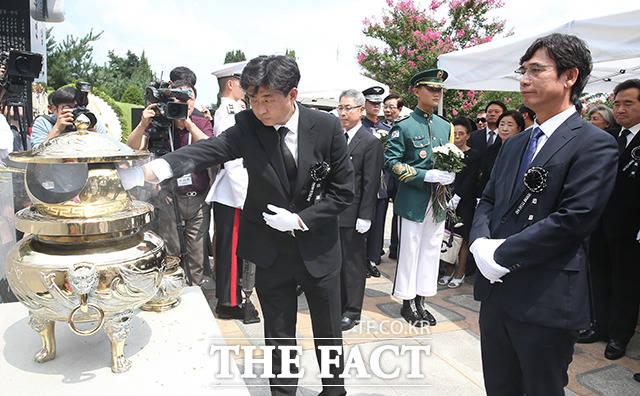 고 노무현 전 대통령의 아들인 노건호 씨(왼쪽)와 유시민 노무현재단이사장
