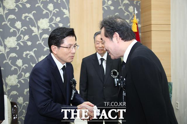 이 총리와 인사하는 황교안 자유한국당 대표(왼쪽)