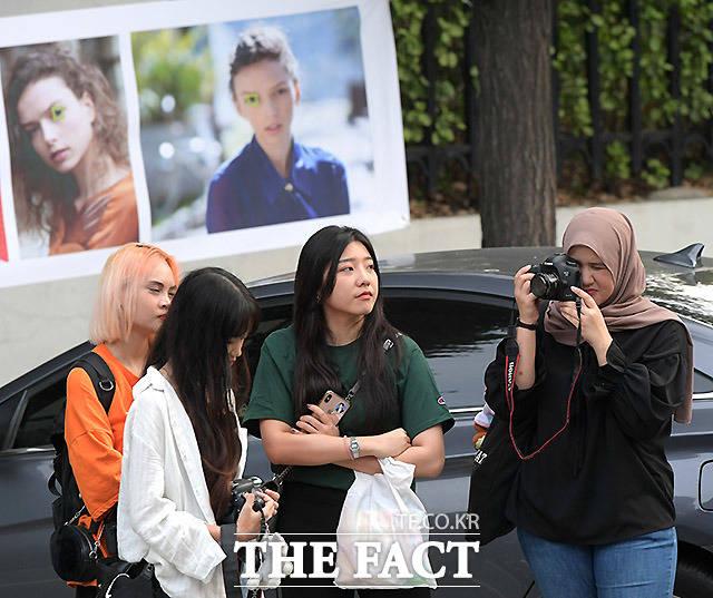 외국인 팬들도 이곳에 올때 DSLR 카메라는 필수다. 연예인들이 오기 전 카메라 테스트를 하는 한 동남아 여성팬.