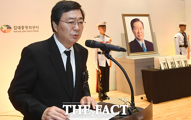 유족대표 인사하는 김홍업 이사장