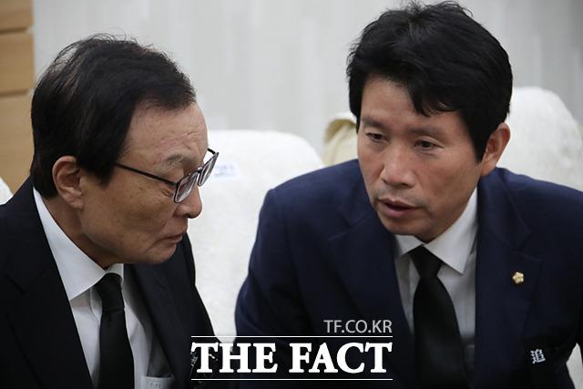 이인영 더불어민주당 원내대표(오른쪽)