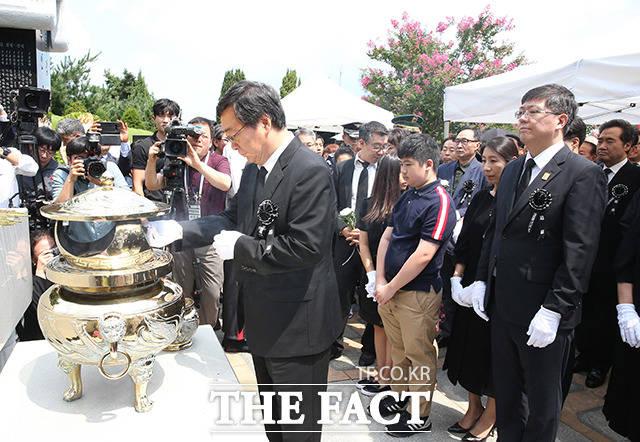 김대중 전 대통령 묘소에서 분향하는 김홍업 전 의원과 김홍걸 민족화해협력범국민협의회 대표상임의장 등 유족들
