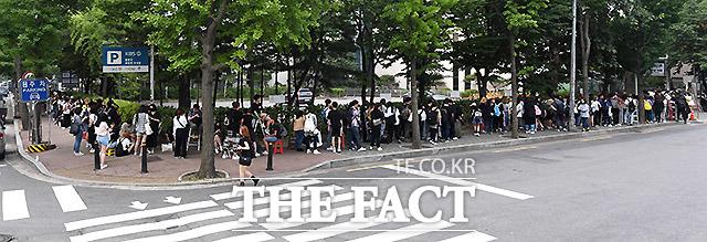 서울 여의도 KBS 신관 공개홀에서 열린 뮤직뱅크 리허설. 팬들이 연예인들의 모습을 보기 위해 새벽부터 길게 줄을 서고 있다.