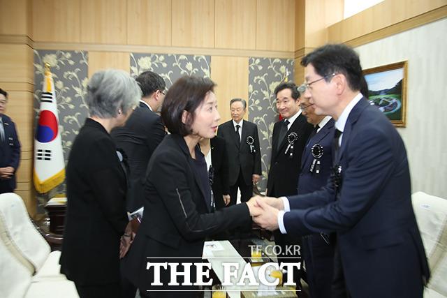 나경원 자유한국당 원내대표(왼쪽)와 인사하는 김경수 경남도지사(오른쪽)
