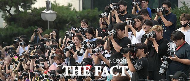 찍덕들이 여자 아이돌의 모습을 카메라에 담고 있다.