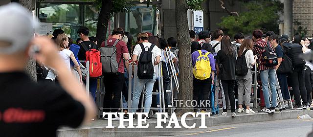 KBS 뮤직뱅크 리허설을 찾은 찍덕들이 사진관련 장비를 들고 줄을 서있다.