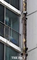 [TF포토] 수원 아파트 외벽 균열, '아슬아슬하게 붙어 있는 구조물'