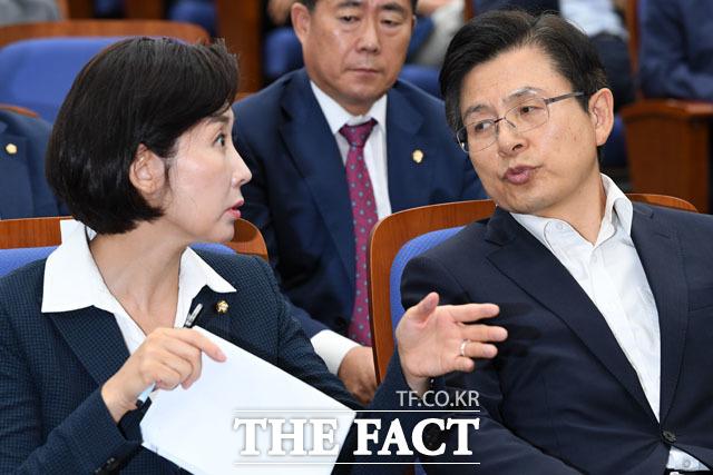 자유한국당의 투톱인 나경원 원내대표와 황교안 대표가 최근 주도권 경쟁을 벌이고 있다는 관측이 나온다. /남윤호 기자