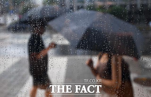 장마전선의 북상으로 서울 등 수도권에 비가 내리는 오후 서울 중구 명동역 일대를 찾은 시민들이 우산을 쓴 채 걸음을 재촉하고 있다. /이동률 기자