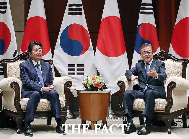 청와대는 예상과 달리 22일 일본과 한일군사정보보호협정(GSOMIA)을 연장하지 않기로 결정했다. 청와대가 지소미아 종료를 결정하면서 한일 갈등의 골은 더욱더 깊어지게 됐다. 지난해 9월 한일정상회담 당시 아베 신조(왼쪽) 일본 총리와 문재인 대통령. /청와대 제공