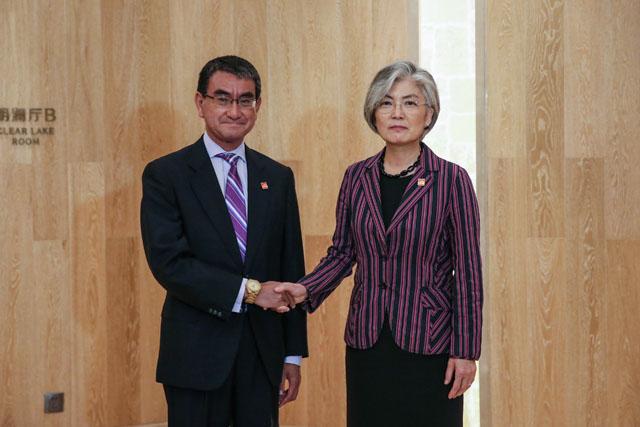 지난 21일 강경화(오른쪽) 외교부 장관은 고노 다로 일본 외무상과 만났지만 갈등과 관련 진전 없이 헤어졌다. /외교부 제공