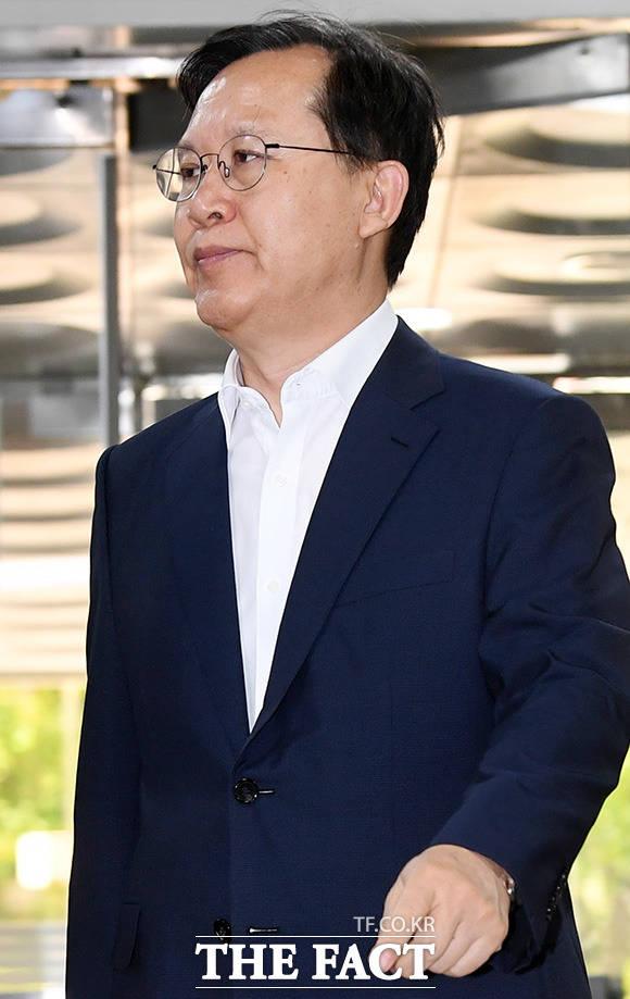 사법행정권 남용 의혹을 받는 박병대 전 대법관이 23일 오후 서울 서초구 서울중앙지방법원에서 열린 공판에 출석하고 있다. /남용희 기자