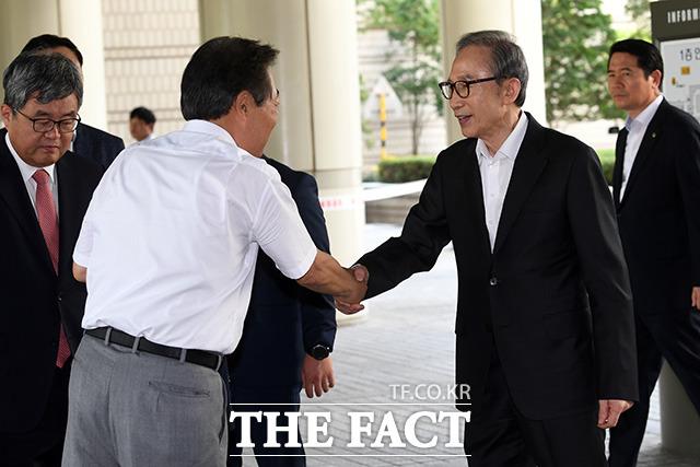 다스 자금 횡령과 뇌물수수 의혹을 받고 있는 이명박 전 대통령(오른쪽)이 23일 오후 서울 서초구 서울고등법원에서 열린 항소심 33차 공판에 출석하던 중 지지자들과 인사를 나누고 있다.  /남용희 기자