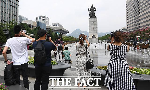 일본의 젊은 관광객들은 국내 관광객들과 비교해 정치적 이슈에 둔감한 측면이 있는 데다, 신한류에 열광하는 젊은 여성들이 늘어나며 한국을 찾은 일본인 관광객들은 한일 간 갈등에도 늘어난 것으로 나타났다.  사진은 광화문 광장을 찾은 외국인 관광객들의 모습. /이새롬 기자
