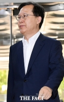 [TF포토] 담담하게 법원 출석하는 박병대 전 대법관