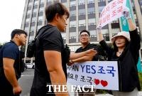 [TF포토] 'YES 조국 vs 조국 OUT'… 일촉즉발 피켓 시위
