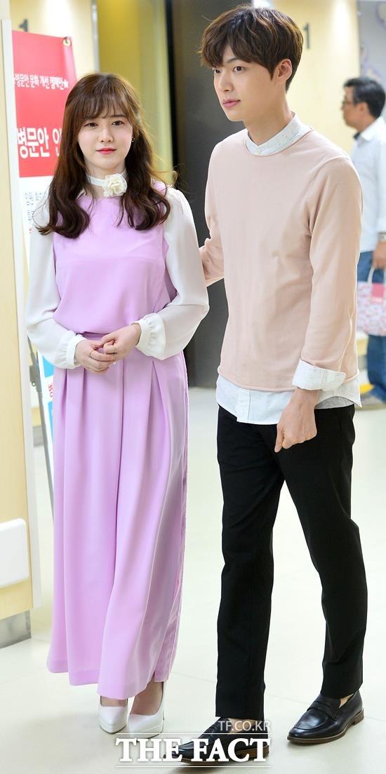 결혼 직후 안구커플의 다정한 모습. 사진은 지난 2016년 5월 서울 서대문구 연세대학교 어린이병원을 찾아 결혼식 비용을 기부금으로 전달한 뒤 병원을 나서고 있는 모습. /더팩트 DB