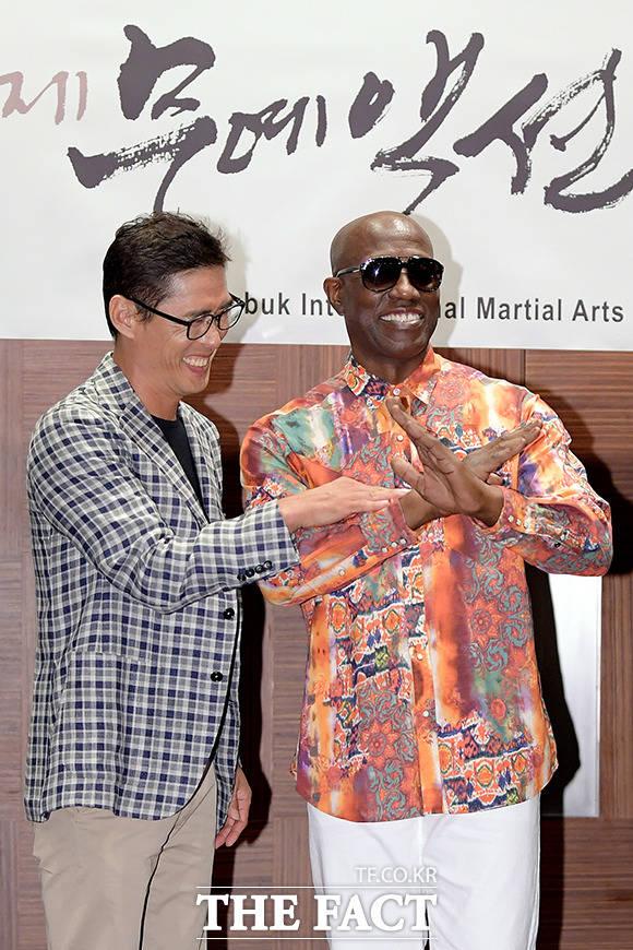 정두홍 무술감독(왼쪽)과 장난치는 웨슬리 스나입스