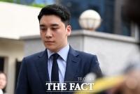 [TF포토] '원정도박·환치기 혐의'…굳은 표정으로 경찰 출석하는 승리