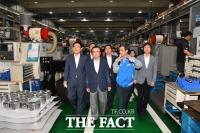 [TF포토] 일 '화이트 리스트 배제' 첫날, 공작 기계 공장 방문한 민주당