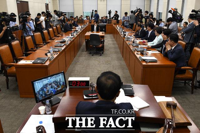 텅 빈 자유한국당 의원의 의석