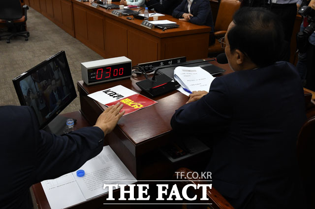 공직선거법 개정안 의결에 반발한 자유한국당, 홍영표 정개특위 위원장 자리에 놓인 선거법 날치기
