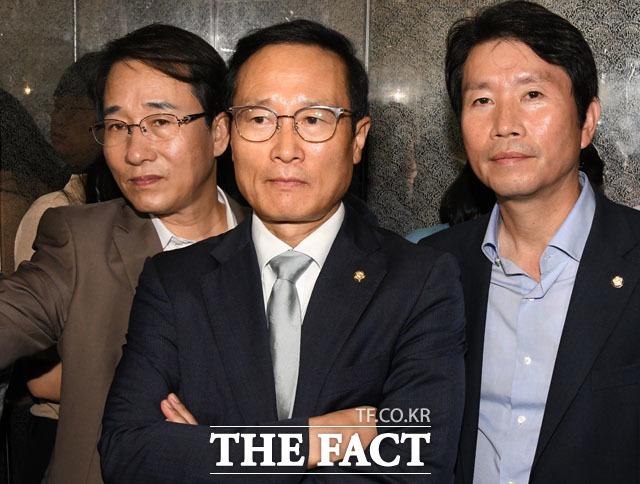 법사위로 넘어간 선거법, 분주한 민주당 지도부. 왼쪽부터 이원욱 원내수석부대표, 홍영표 위원장, 이인영 원내대표.