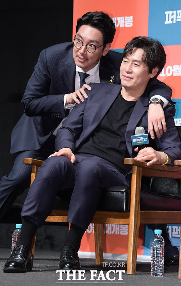 배우 조진웅(왼쪽)과 설경구