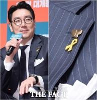 [TF포토] '가슴에 평화 나비와 노란 리본 단 배우 조진웅'
