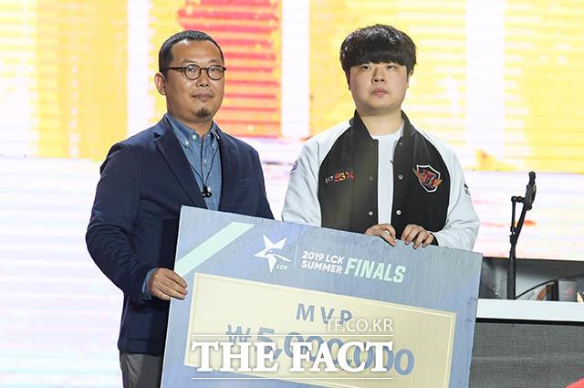 MVP로 선정된 클리드 김태민 선수(오른쪽)