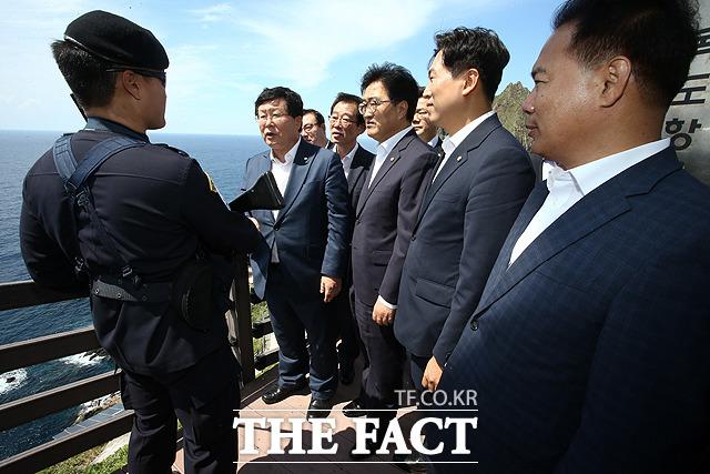 독도 경비대원 격려하는 여야 독립운동 유족 국회의원