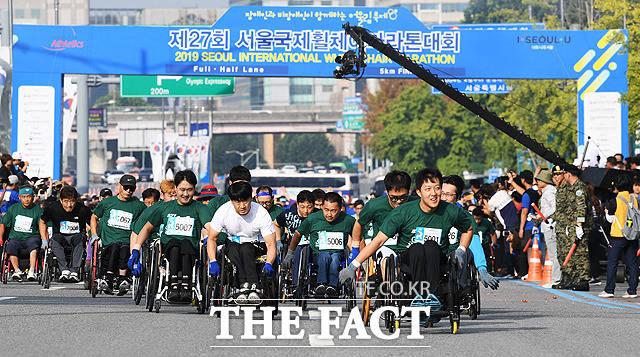 결승선을 향해 질주하는 5km 경쟁 부문 참가자들