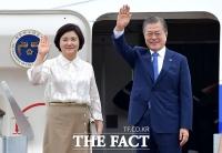 [TF포토] 동남아 3개국 순방 떠나는 문재인 대통령