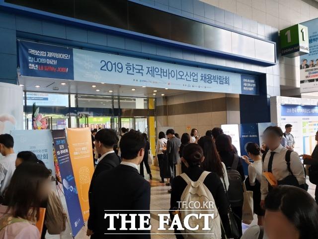 3일 서울 양재동 aT센터에서 개최한 2019 한국 제약·바이오산업 채용박람회에서는 총 74개 제약·바이오 기업이 채용부스를 운영하고 구직자들을 만났다. /양재=정소양 기자