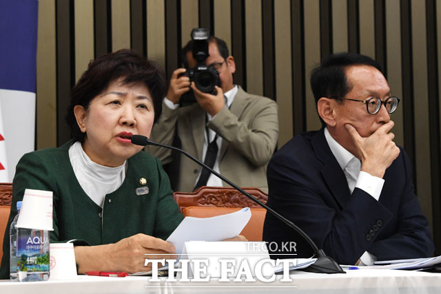 발언하는 박인숙 자유한국당 의원(왼쪽)