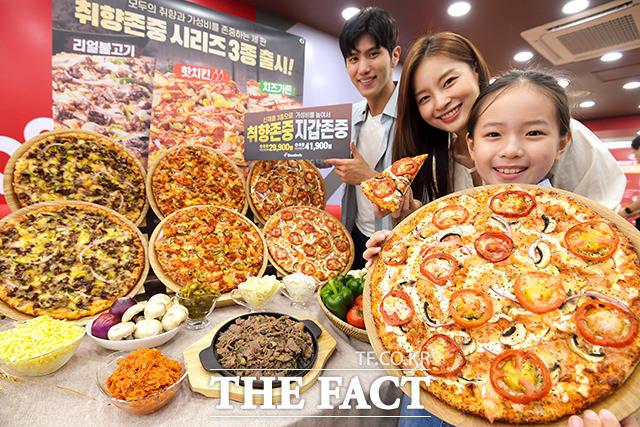 4일 오전 서울 중구 도미노피자 명동점에서 모델들이 도미노피자 신제품 취향 존중 시리즈 피자를 선보이고 있다. /이선화 기자