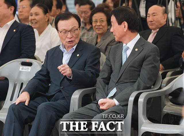 이해찬 대표와 대화나누는 진영 행정안전부 장관(오른쪽)