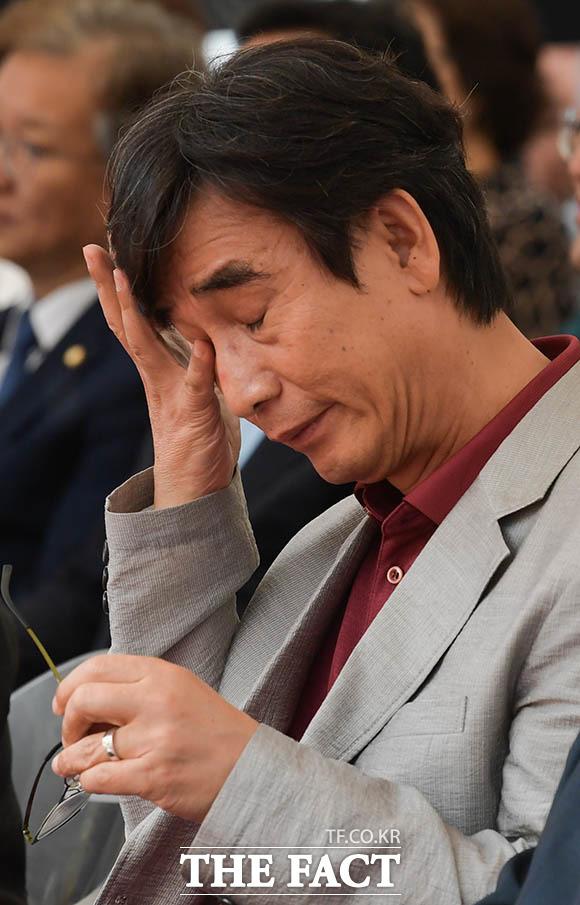 유시민 노무현재단 이사장이 4일 오후 서울 종로구 원서동 노무현시민센터 건립부지에서 열린 노무현시민센터 기공식에 참석해 건립 기념 축하 영상을 보며 눈물을 닦고 있다. /김세정 기자