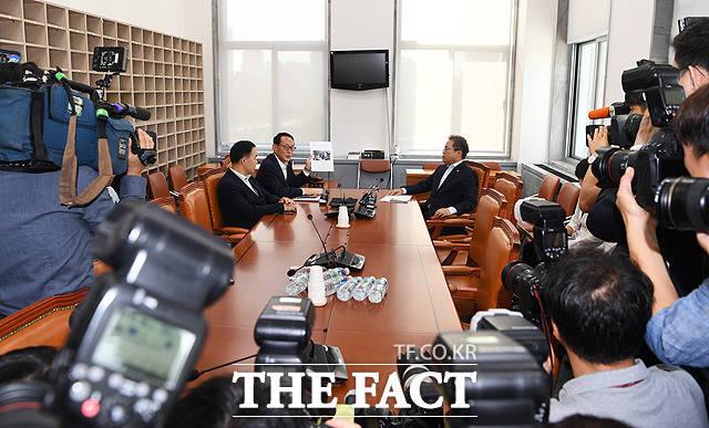 이때부터 시작된 김도읍 자유한국당 간사(가운데)와 송기헌 더불어민주당 간사(오른쪽)의 언쟁