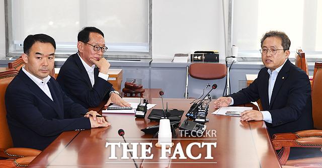채이배 바른미래당 의원 참석 후 회의 시작