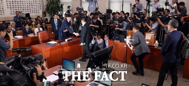 조국 법무부 장관 후보자와 인사하는 박지원 의원. /배정한 기자