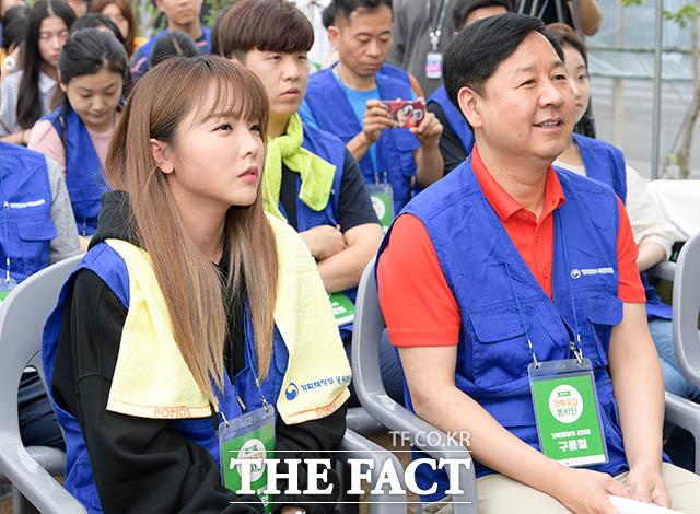 홍진영과 구윤철 기획재정부 제2차관(오른쪽)