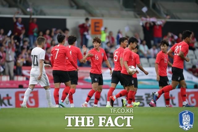 한국 국가대표팀이 5일 터키에서 조지아와의 평가전에서 2-2 무승부를 기록했다. 후반전에 투입된 황의조가 골을 넣은 후 선수들과 기뻐하고 있다. /대한축구협회 제공