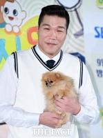 [TF포토] '거인' 서장훈과 '깜찍한' 강아지
