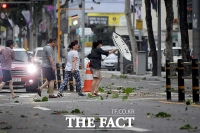 [TF포토] 태풍 링링 '강한 바람에 시민들 속수무책'