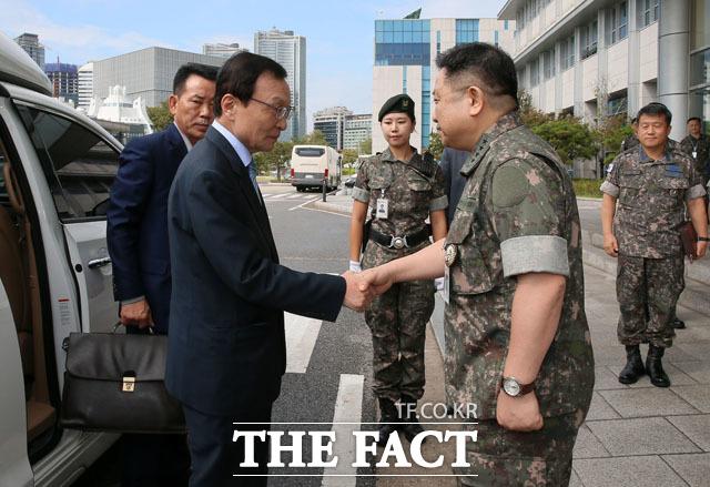 박한기 합참의장(오른쪽)과 악수 나누는 이해찬 대표