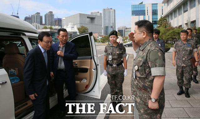 합동참모본부 방문한 이해찬 더불어민주당 대표(왼쪽)