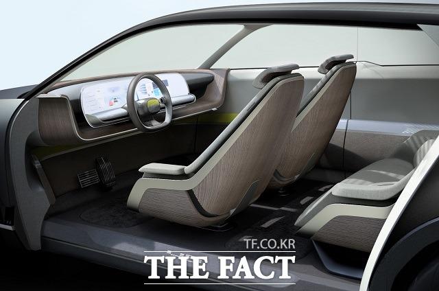 현대차의 새로운 고객 경험 전략인 스타일 셋 프리를 토대로 제작된 EV 콘셉트카 45의 내부는 차량 내부가 거실 내 가구의 일부로 느껴지도록 새로운 방식으로 디자인됐다.