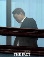 [TF포토] 고개 숙인 윤석열 검찰총장
